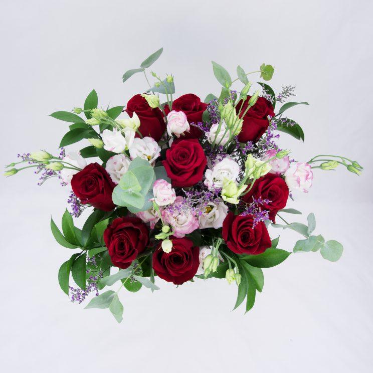 ramo de rosas rojas y lisianthus desde arriba