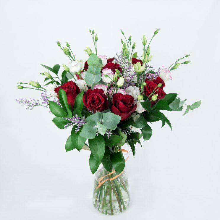 ramo de rosas rojas y lisianthus